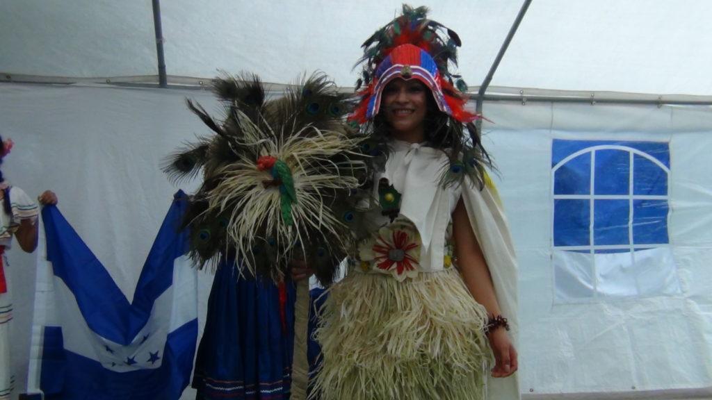 Hondureña desfilando un traje típico de la Cultura Maya