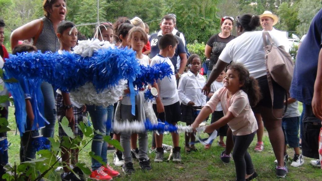 Niñitos reventando la piñata